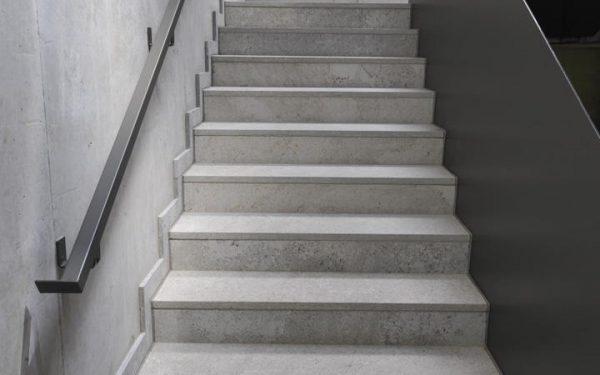 Boden- und Wandbelag sowie Tritt- und Setzstufen aus edelgrauem Kalkstein von TRACO