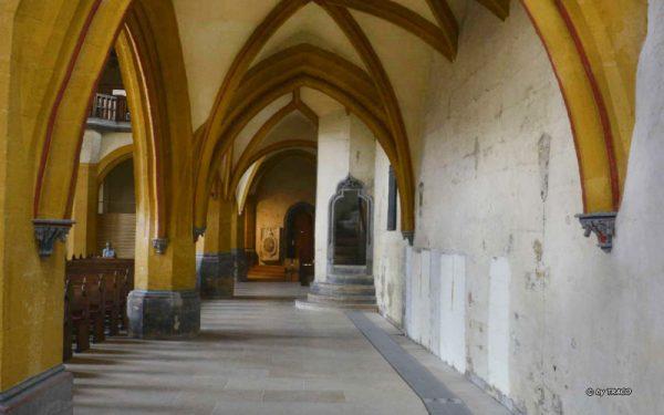 Marktkirche Jena mit Bodenbelag aus Kalkstein beige von TRACO