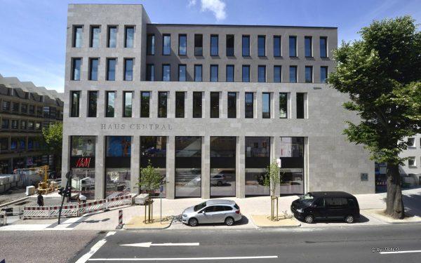 Fassade am Haus Central aus grauem Naturstein von TRACO