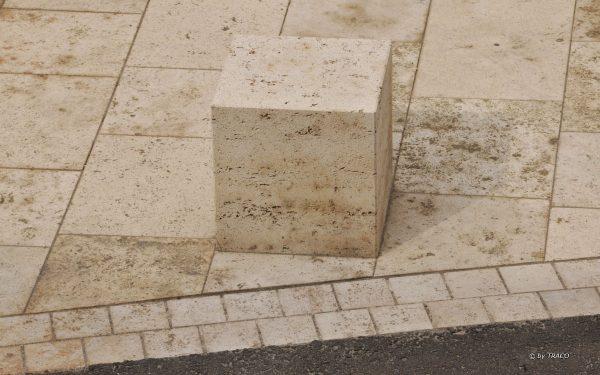 Bodenplatten und Pfeiler aus Naturstein von TRACO