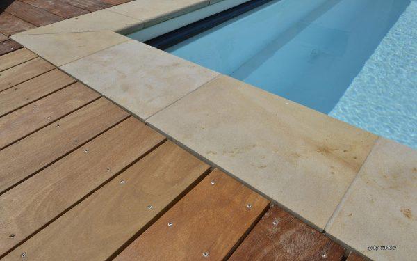Poolumrandung aus Sandstein von TRACO