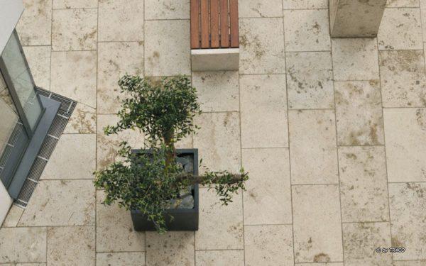 Natursteinbodenplatten und Stadtmöblierung aus Natursteinen von TRACO aus der Vogelperspektive
