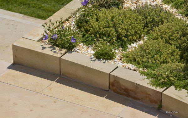 Begrenzungsmauer aus Naturstein von TRACO