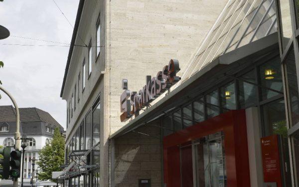 Fassadenverkleidung aus beigem Travertin Sonderbuch von TRACO