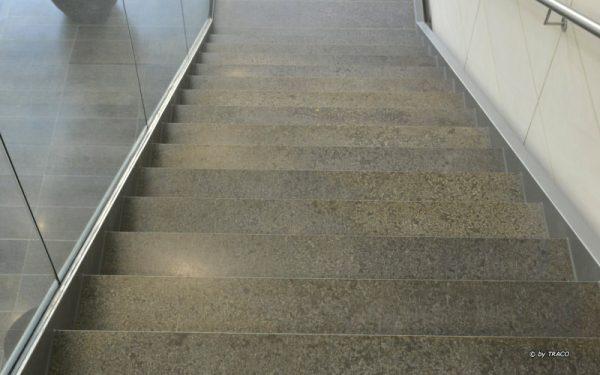 Bodenbelag sowie Trittstufen aus Kohlplatter Edelgrau von TRACO beim AOK Neubau in Stuttgart