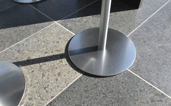 Detailansicht des Bodenbelags aus Kohlplatter Edelgrau von TRACO im Neubau der AOK Stuttgart