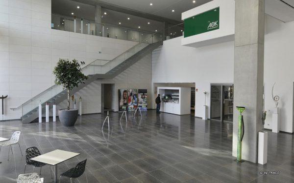 Empfangshalle des AOK Neubaus in Stuttgart mit Bodenbelägen aus Kohlplatter Edelgrau von TRACO