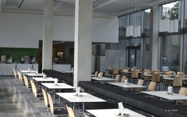 Kantine des AOK Neubaus in Stuttgart mit Bodenbelägen aus Kohlplatter Edelgrau von TRACO