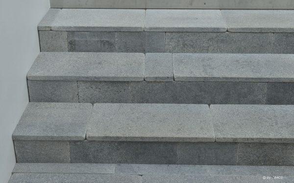 Treppe aus unregelmäßigen Stufenplatten von TRACO