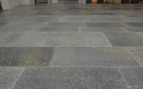 Bodenplatten aus grauem Naturstein von TRACO