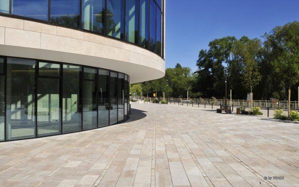 DVAG Marburg mit Fassadenplatten und Bodenbelägen außen aus Travertin Bauhaus von TRACO