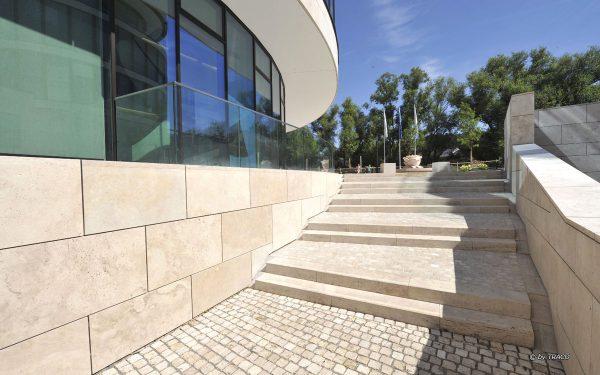 DVAG Marburg mit Pflaster, Fassadenplatten und Massivstufen aus Travertin Bauhaus von TRACO