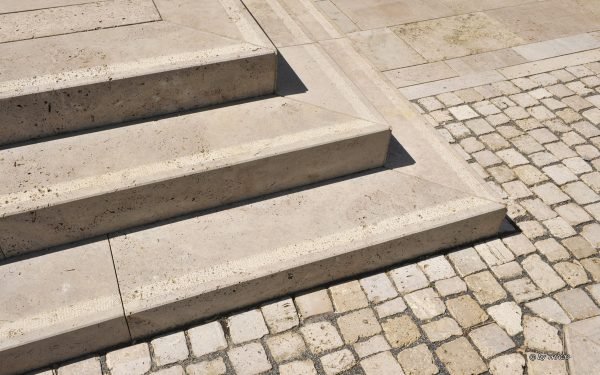 DVAG Marburg mit Massivstufen, Pflaster und Bodenbelägen außen aus Travertin Bauhaus von TRACO