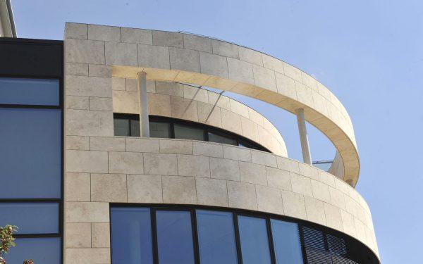 DVAG Marburg mit Fassadenplatten aus Travertin Bauhaus von TRACO