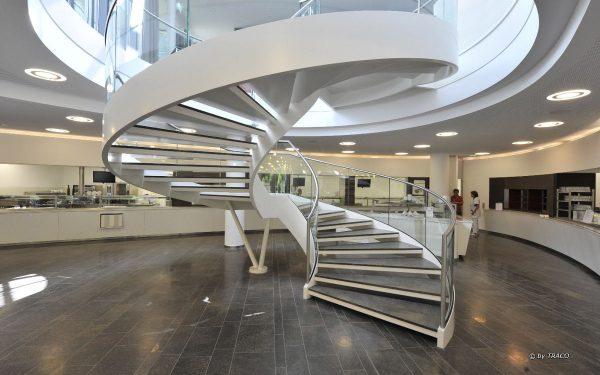 Treppe mit Trittstufen aus edelgrauem Naturstein von TRACO