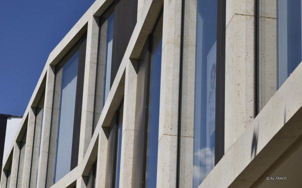 Nahaufnahme Natursteinfassade von TRACO