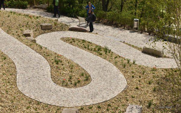 Natursteinpflaster aus beigem Travertin und edelgrauem Muschelkalk von TRACO in Bundesgartenschau Havelregion 2015