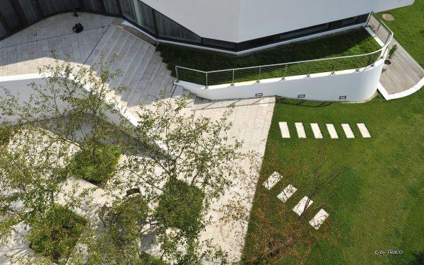 Villa in Berlin mit Terrasse und Wege- und Gartenplatten aus beigem Travertion Bauhaus von TRACO