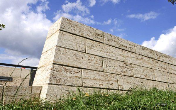 Mauer aus hellem Naturstein von TRACO