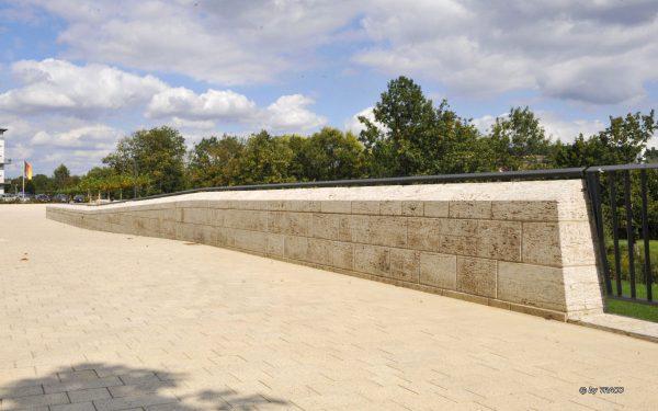 Natursteinmauer und Natursteinbodenbelag aus hellen Natursteinen von TRACO
