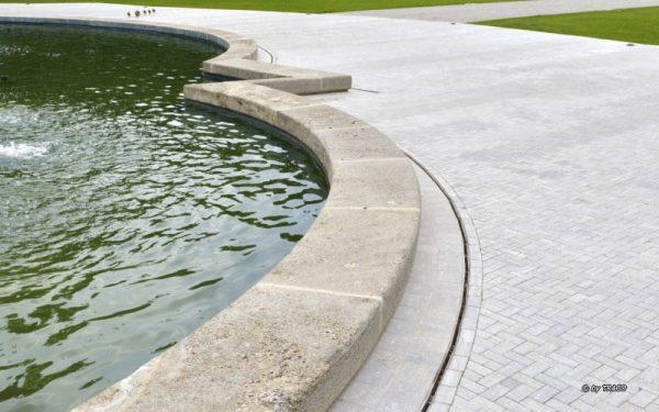 Brunnen mit Umrandung aus Naturstein von TRACO