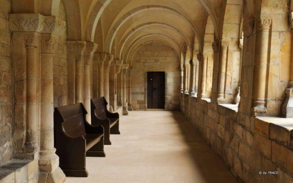 Kloster Gernrode, Bodenbelag aus Friedewalder Quarzsandstein von TRACO
