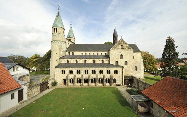 Außenansicht des Kloster Gernrode, Bodenbelag aus Friedewalder Quarzsandstein von TRACO