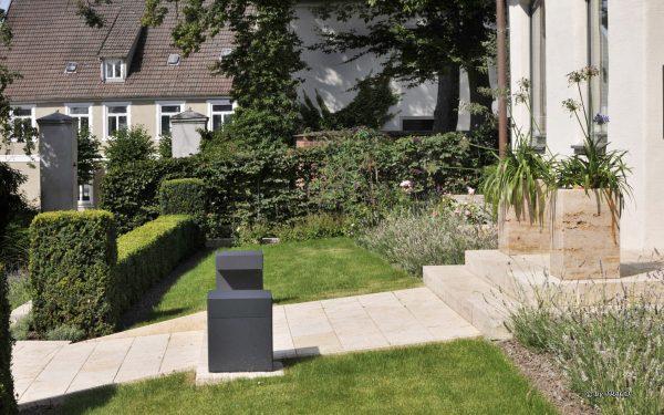 Hauseingang mit Gartenweg und Stufen aus Naturstein von TRACO