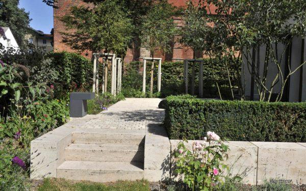 Gartengestaltung mit Natursteintreppe von TRACO