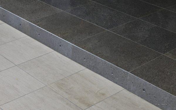 Nahaufnahme von Natursteinbodenplatten aus edelgrauem Kalkstein von TRACO im Innenbereich