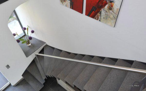 Treppe im innenbreich mit Stufen aus Naturstein von TRACO