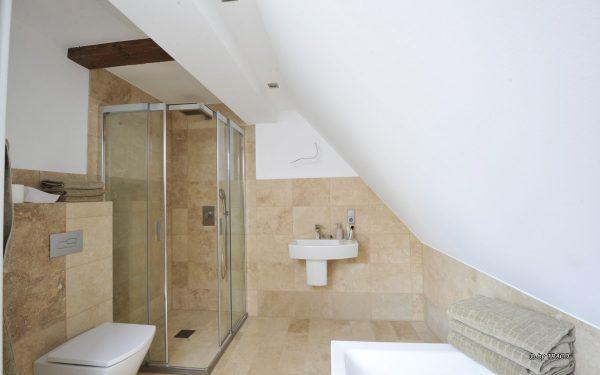 Gestaltung des Bads mit Wandverkleidungen aus Naturstein von TRACO