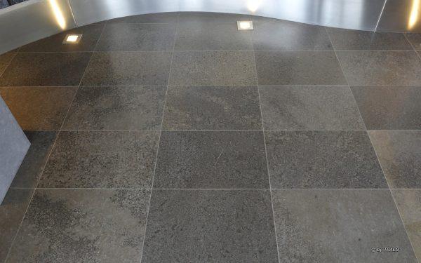 Bodenbelag aus edelgrauem Kalkstein von TRACO