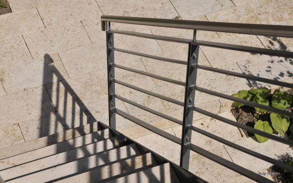 Gestaltung von Außentreppen und Bodenbelag im Garten mti Naturstein von TRACO