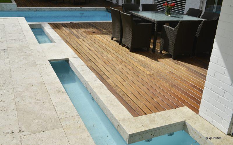 Terrassenplatten und Pooleinfassung aus beigen Travertin Bauhaus von TRACO