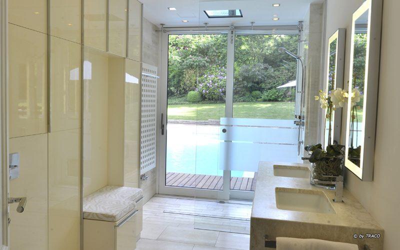 Badzimmer mit Bodenbelag und massivem Doppelwaschtisch aus beigen Travertin Bauhaus von TRACO