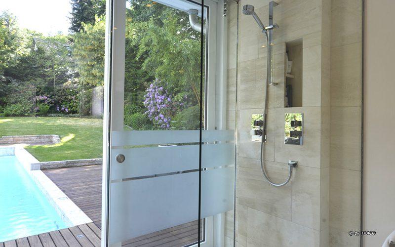 Bodengleiche Dusche mit Boden- und Wandverkleidung aus beigen Travertin Bauhaus von TRACO