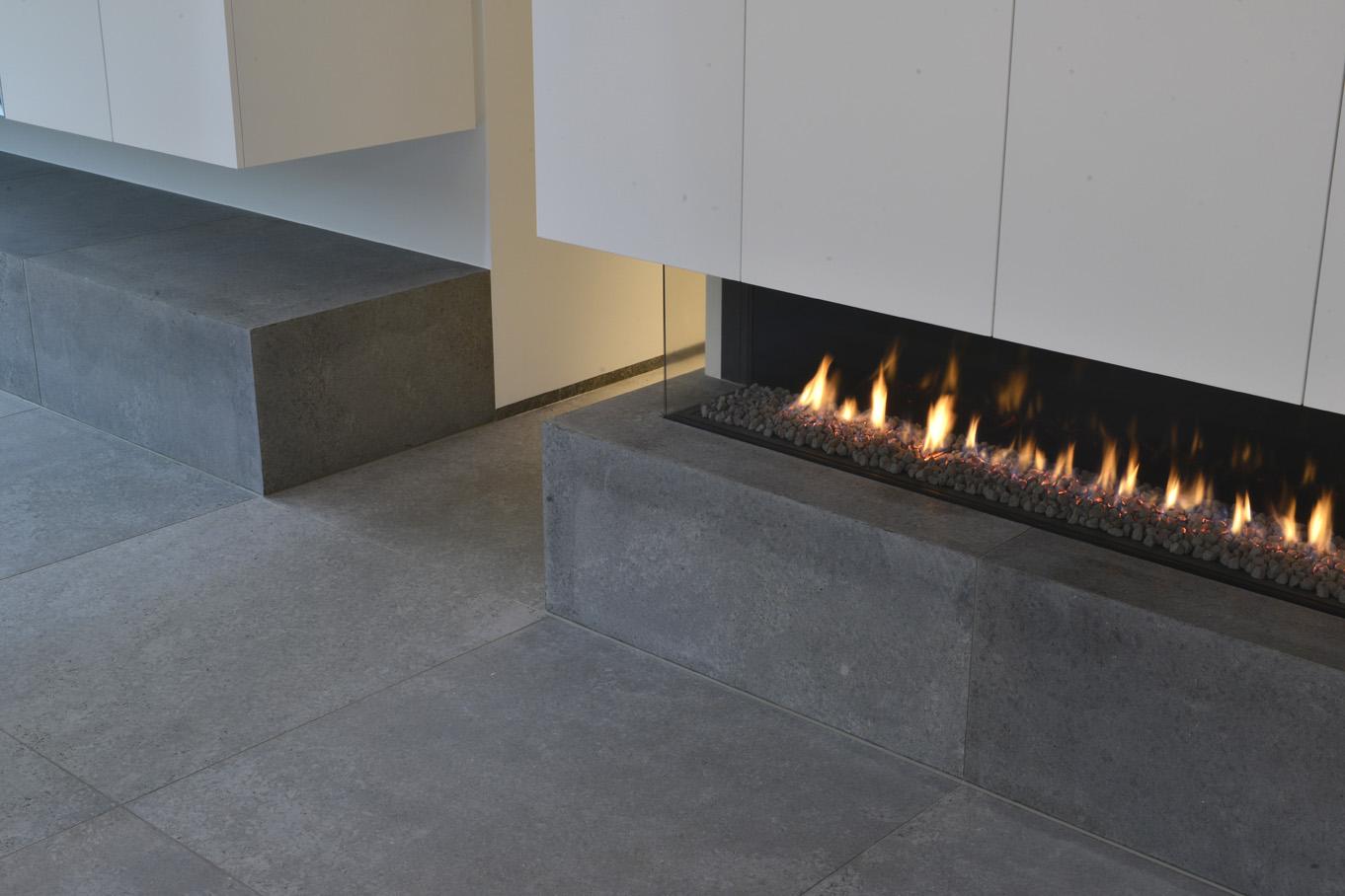 Bodenbelag innen und Kaminverkleidung aus edelgrauen Kalkstein Edelgrau von TRACO