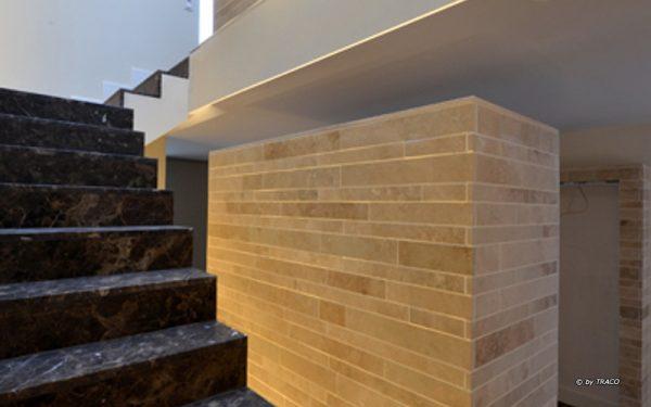 Natursteinewandverkleidung Stadtvilla Meerbuch aus Bauhaus Travertin von TRACO