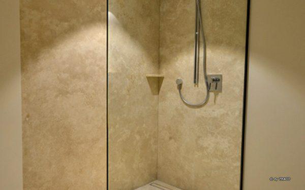 Duschverkleidung in Stadtvilla Meerbuch aus Bauhaus Travertin von TRACO