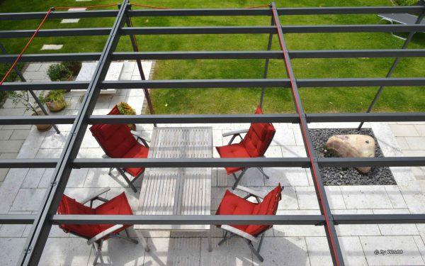 Villengarten in Köln mit Elementen aus Bauhaus Travertin von TRACO