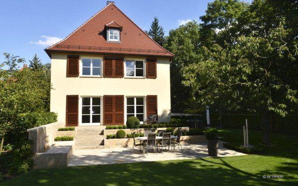 Gartengestaltung mit Bodenplatten, Randeinfassung inkl. Lichtschacht und Blockstufen aus beigem Travertin Thüringen von TRACO
