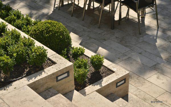 Bodenplatten, Randeinfassung mit Lichtschacht und Blockstufen aus beigem Travertin Thüringen von TRACO