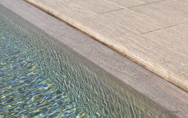 Pool-Einfassung aus beigem Muschelkalk von TRACO