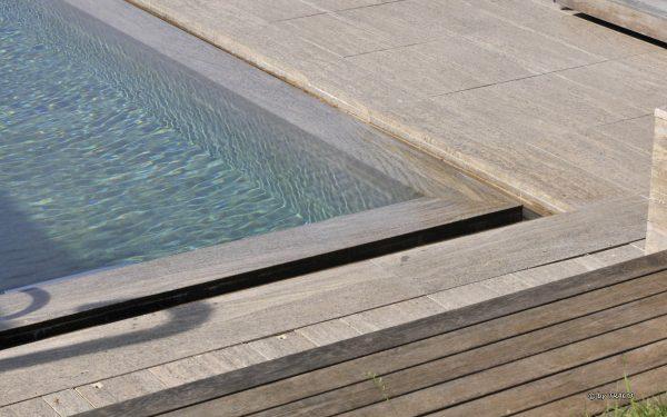 Pool-Einfassung und Bodenplatten aus beigem Muschelkalk von TRACO