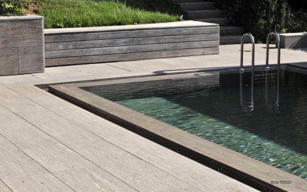 Mauerverkleidung, Pool-Einfassung und Bodenplatten aus beigem Muschelkalk von TRACO