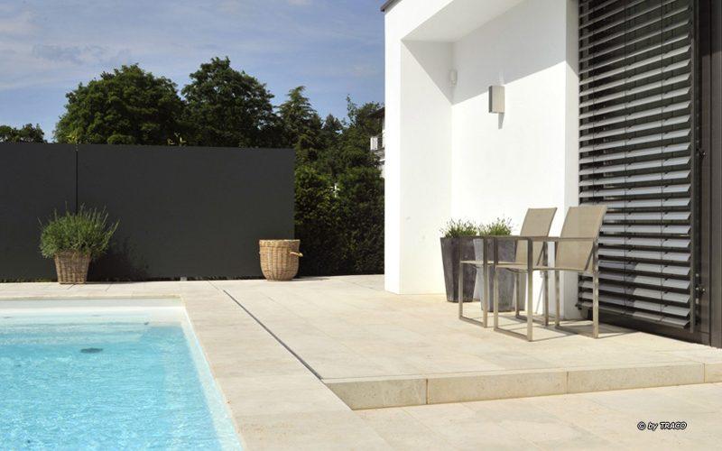 Bodenplatten sowie massive Blockstufen aus beigem Travertin Bauhaus von TRACO