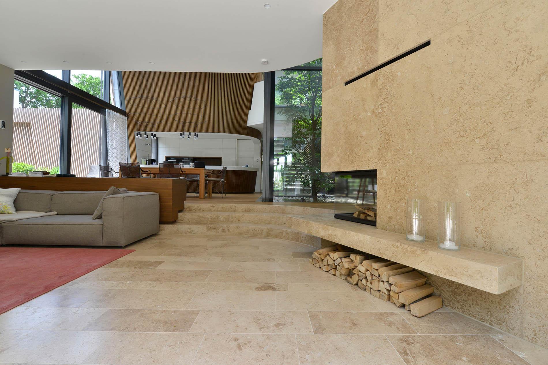 Travertin Naturstein Bodenplatten und Kaminverkleidung
