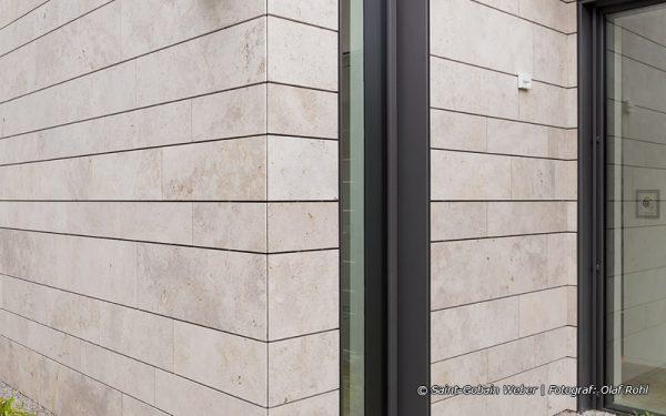 Bildquelle: Saint-Gobain Weber | Fotograf: Olaf Rohl; Natursteinfassaden aus Travertin Bauhaus hell von TRACO
