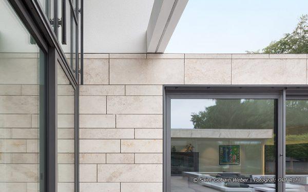 Bildquelle: Saint-Gobain Weber | Fotograf: Olaf Rohl; Natursteinfassaden aus Travertin Bauhaus hell und Bodenplatten außen aus Muschelkalk von TRACO